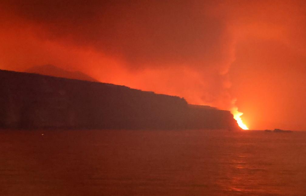 Lava do vulcão Cumbre Vieja chega ao mar nas Ilhas Canárias nesta terça (27) — Foto: Nacho Doce/Reuters