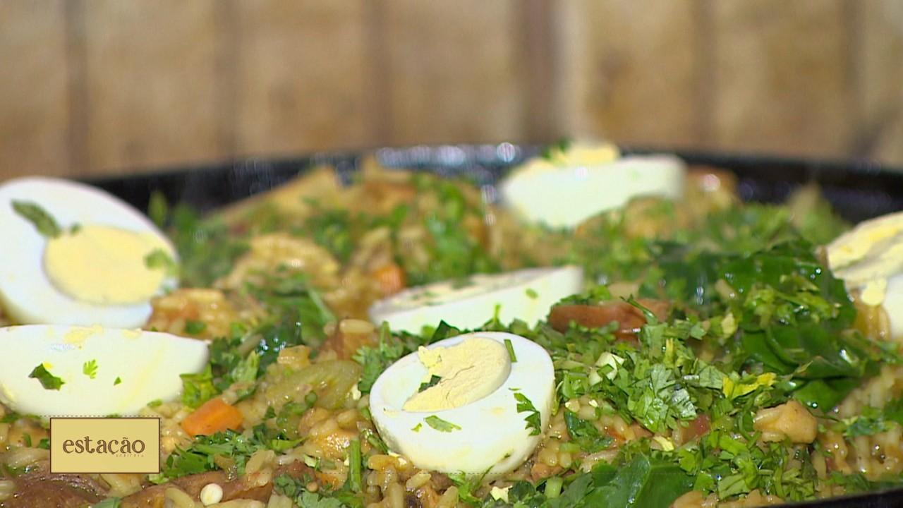 Aprenda a fazer uma deliciosa receita de galinhada no fogão à lenha