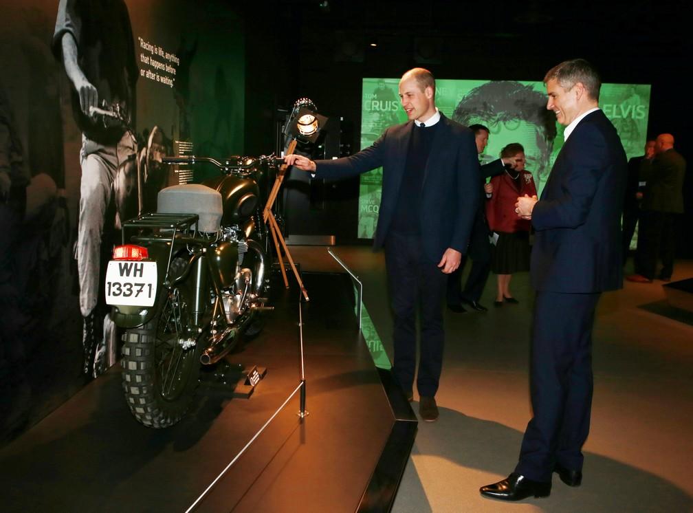 Príncipe William e o CEO da Triumph, Nick Bloor, em inauguração de centro de visitantes da montadora (Foto: Ian Vogler/Pool/ REUTERS)