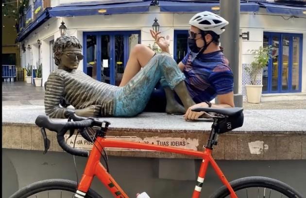 Mateus Solano homenageou grandes nomes da cultura nacional num passeio de quase 70 quilômetros de bike pelo Rio, em que posou ao lado de estátuas dos artistas. O primeiro foi Cazuza (Foto: Reprodução)