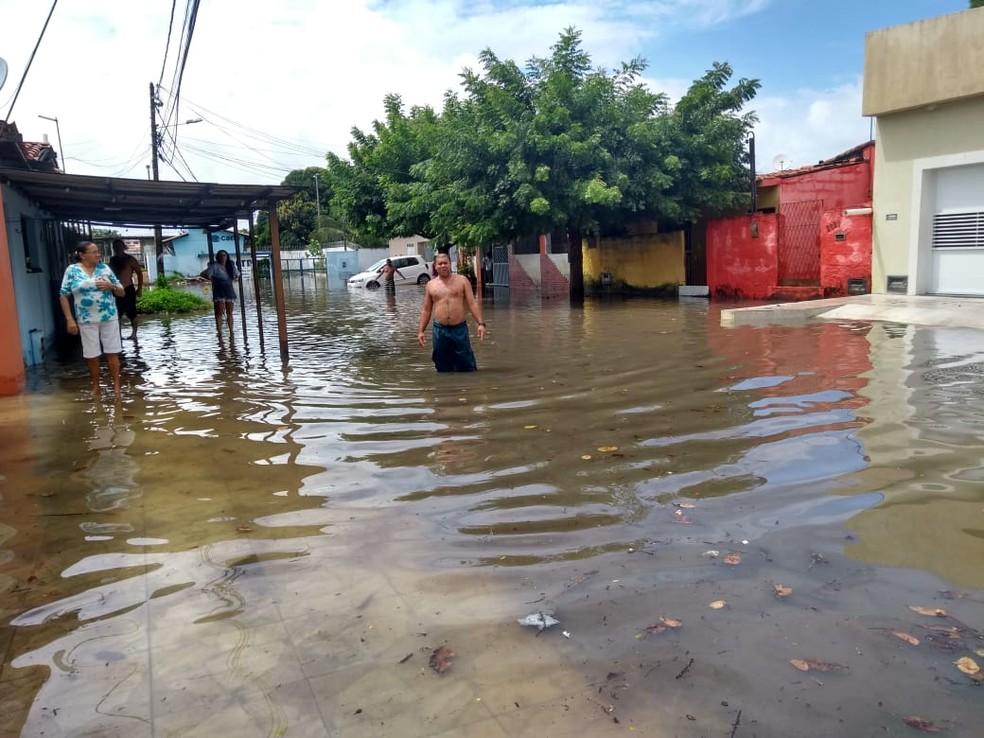 Rua Água Fria, no conjunto Soledade, na Zona Norte de Natal, ficou alagada após chuvas na manhã desta quinta-feira (30).  — Foto: Lucas Cortez/Inter TV Cabugi