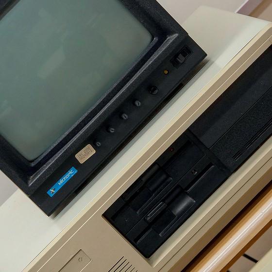 Em 1992, o PC ao lado acessou a biblioteca da Universidade da Califórnia, a primeira conexão direta à rede de computadores feita a partir do Brasil (Foto: Adriana Lorete)
