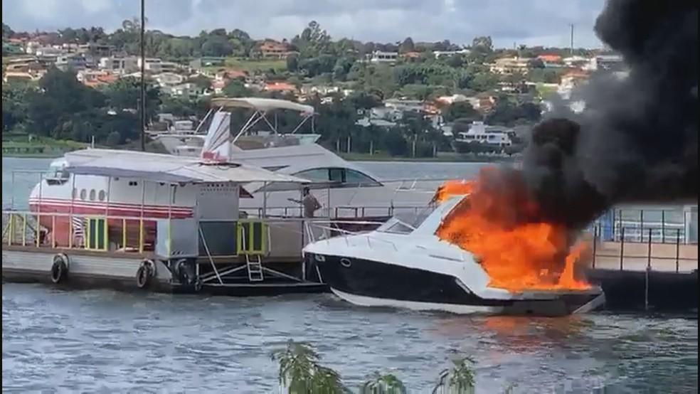 Lancha pega fogo no Lago Paranoá, em Brasília — Foto: Reprodução