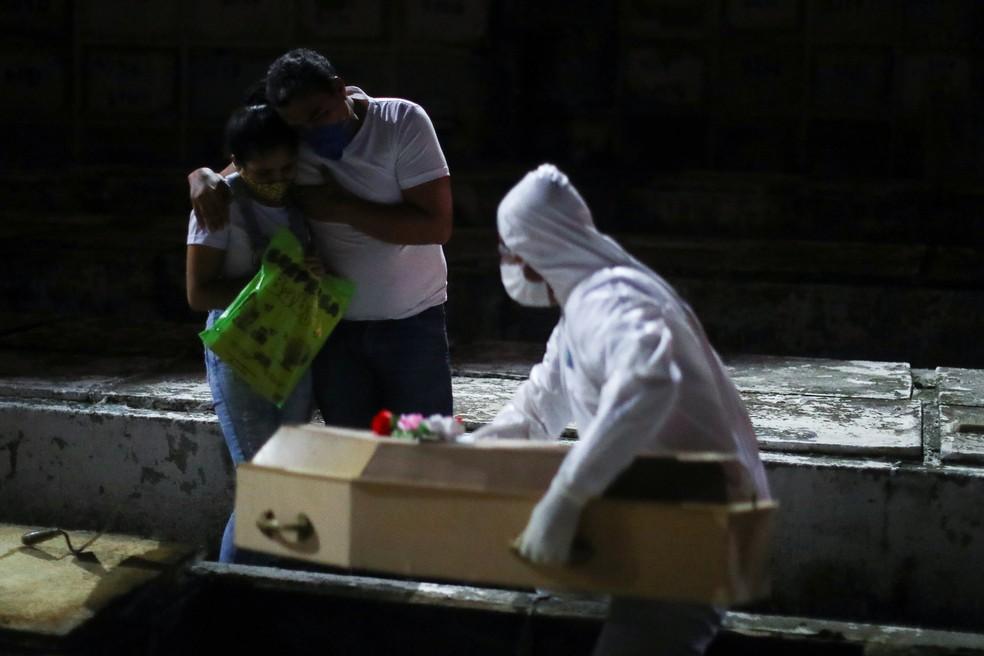Familiares acompanham enterro de vítima do coronavírus no Rio de Janeiro — Foto: REUTERS/Pilar Olivares