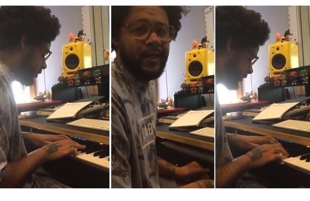 Emicida toca piano. No instrumento, objetos de referência ao rap e à cultura pop (Foto: Reprodução/Instagram)