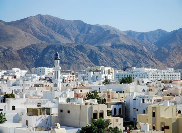 Montanhas, praias e alpes marcam a paisagem de Muscat (Foto: Getty Images/ Reprodução)