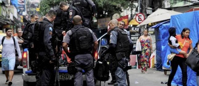 Policiais militares num dos acessos à Favela da Rocinha (Foto: Uanderson Fernandes / Agência O Globo)