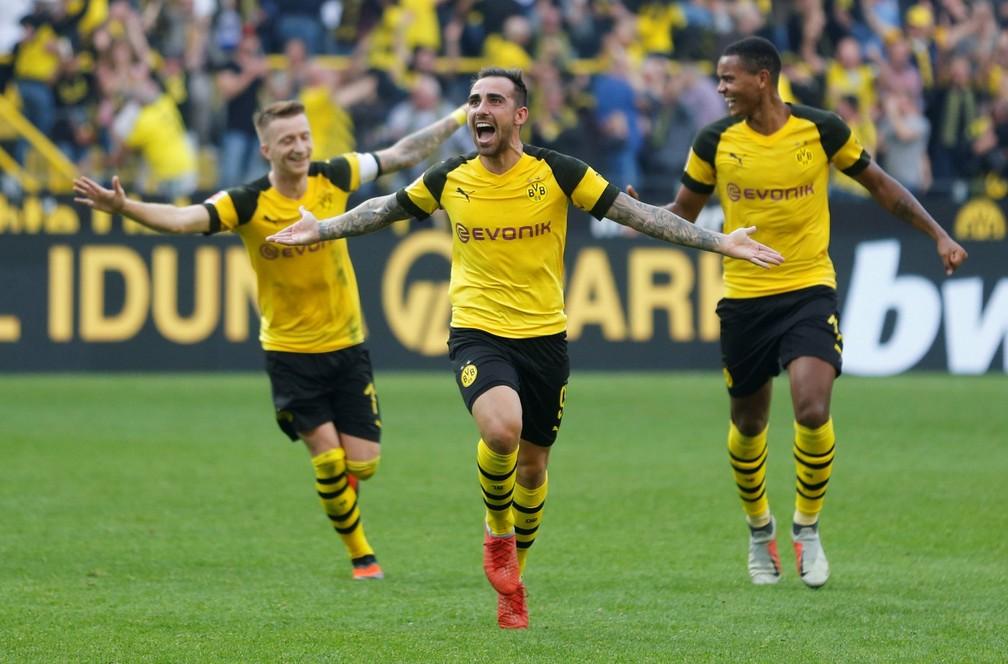 Paco Alcácer comemora um dos gols marcados pelo Dortmund — Foto: REUTERS/Leon Kuegele