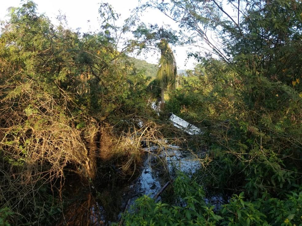 Aeroporto onde aeronave tentava aterrissar fica perto da rodovia Rio-Saantos (Foto: Polícia Ambiental/Divulgação)