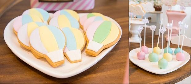 Pratos em formato de coração receberam biscoitos em formato de balões e bombons banhados com corante nas cores pastel da festa  (Foto: Danilo Giunchetti)