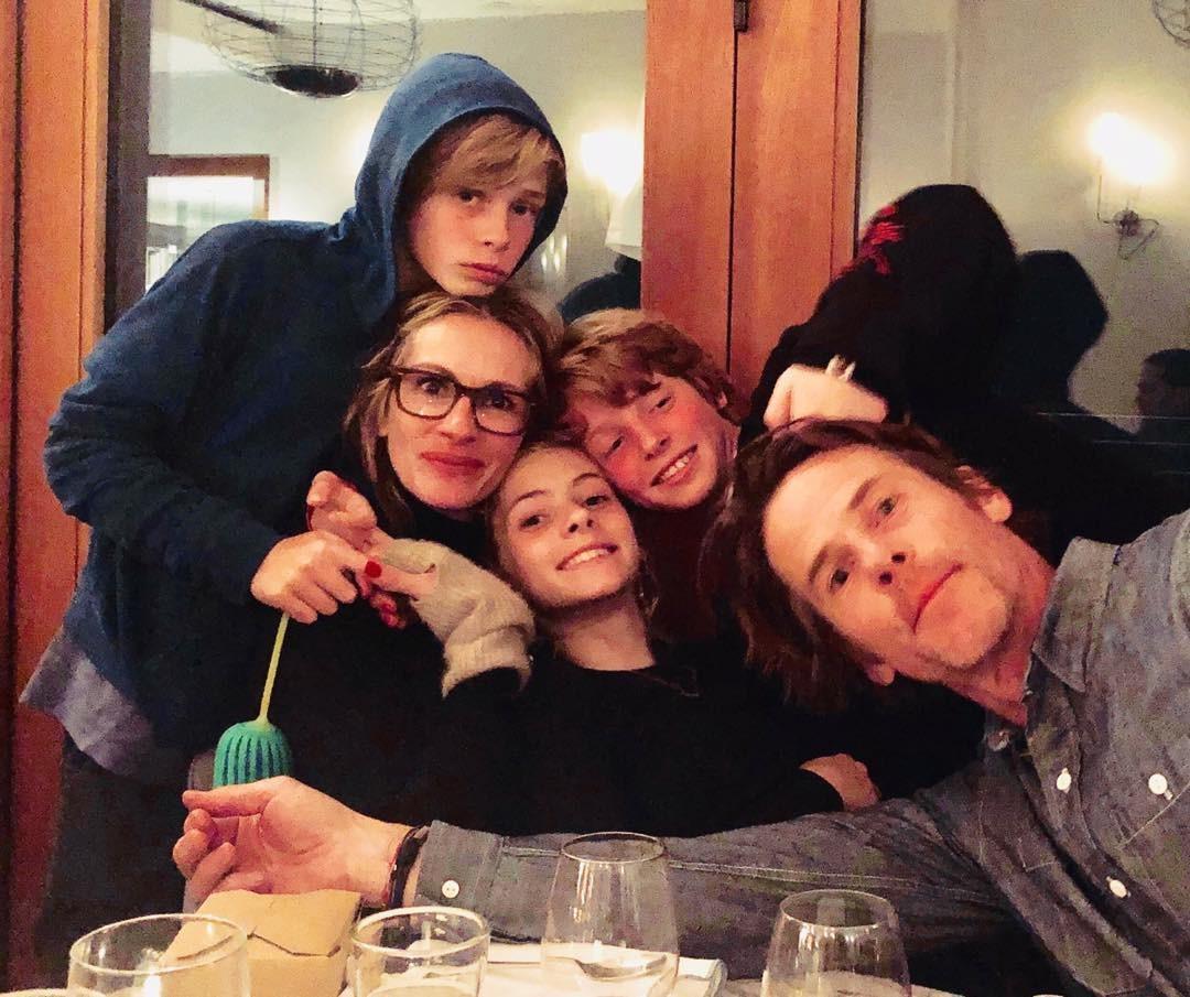 Julia Roberts com Daniel Moder e os filhos, os gêmeos Phinnaeus e Hazel, e o caçula Henry (Foto: Reprodução/Instagram)