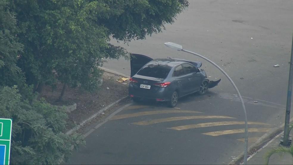 Carro roubado é abandonado na Linha Amarela — Foto: Reprodução/TV Globo