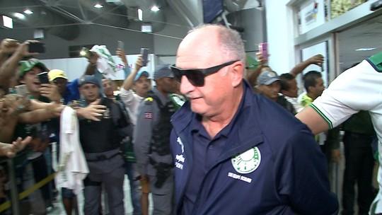 Vídeo! Palmeiras tem recepção calorosa de torcedores ao desembarcar em São Luís
