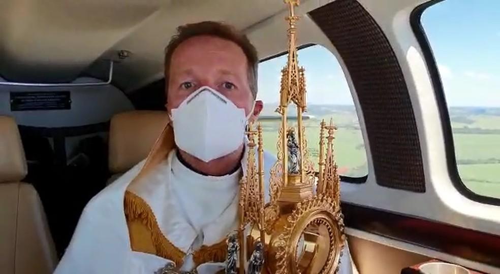 """Em vídeo gravado durante o voo, padre rezou """"Pai Nosso"""" e deu a benção às cidades — Foto: Arquivo Pessoal/Padre Emerson Rogerio Anizi"""