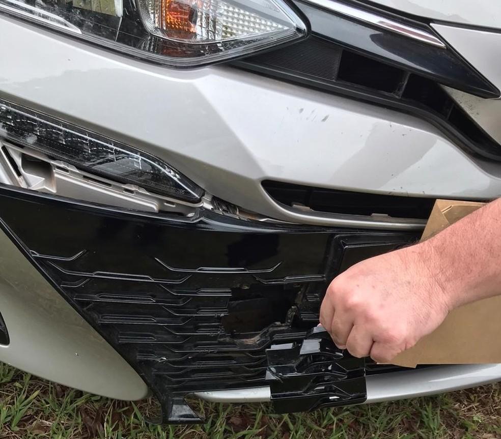 Pedaço do para-choque do carro do suspeito de matar ciclista — Foto: PCDF/Divulgação