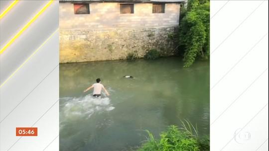 Menina que estava se afogando é salva por desconhecidos na China