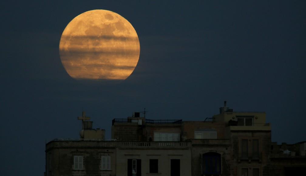 Superlua em Pieta, Malta (Foto: Darrin Zammit Lupi/Reuters)