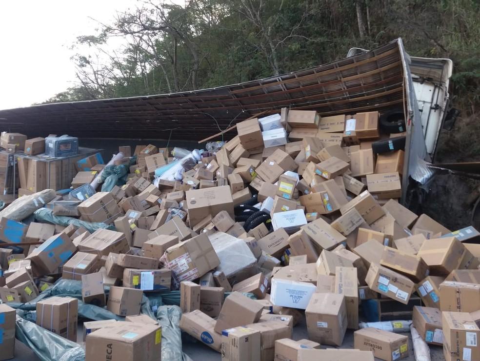 Carga de caminhão acidentado na BR-116 ficou espalhada na pista, mas não houve saque — Foto: Polícia Rodoviária Federal/Divulgação