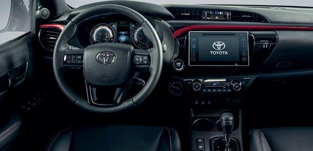 Toyota Hilux GRS - Cabine tem moldura e costuras vermelhas, e a sigla decora bancos, console e o botão de  partida do motor (Foto:  divulgação)