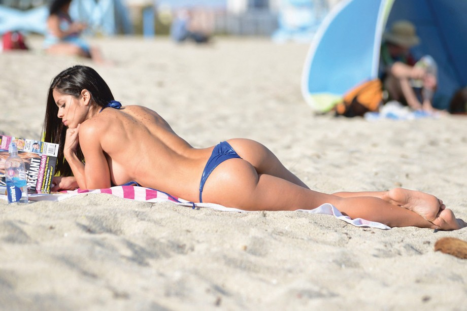 113355, EXCLUSIVE: Michelle Lewin, a Venezuelan fitness model, shows off her fit figure in a Vizcaya Luxury Bikini on Miami Beach. Lewin, who was given a massage by a male friend while sunbathing, gained fitness fame through her social media accounts whic (Foto: PacificCoastNews)
