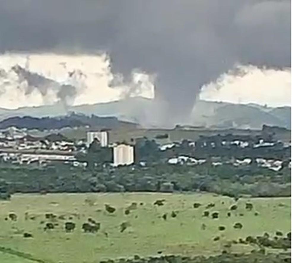 Imagem flagra tornado em São José dos Campos — Foto: Felício Ramuth/Reprodução