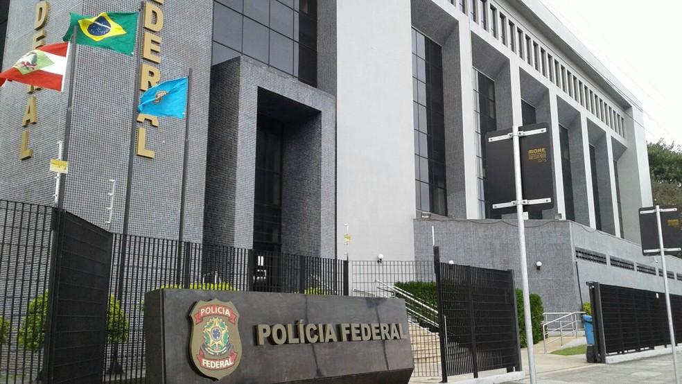 Mandados são cumpridos pela PF em Florianópolis (Foto: Júlio Ettore/NSC TV)