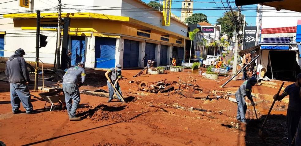 Equipes da Prefeitura de São Carlos realizam limpeza na Rua Episcopal  — Foto: Prefeitura de São Carlos/Divulgação