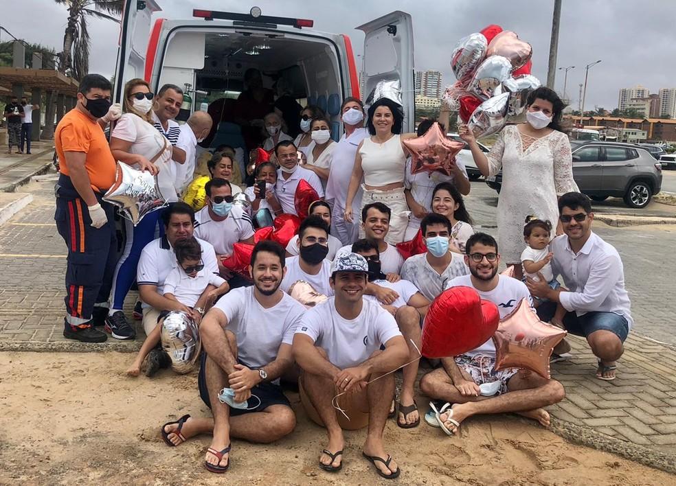 Familiares reunidos para realizarem desejo de dona Francisca de ver o mar  — Foto: Arquivo pessoal