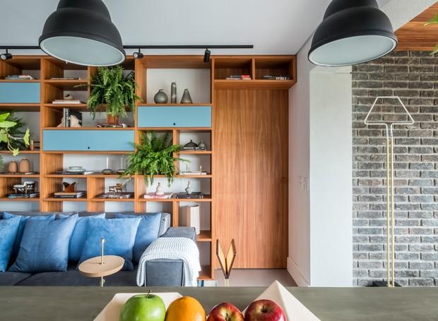 LIVING | Os objetos da estante são da Dpot, o revisteiro Gretta, da Arbol Design, as almofadas da Codex Home, e a fruteira Cordilheira assinada por Thiago Bicas  (Foto: Nathalie Artaxo/ Divulgação)