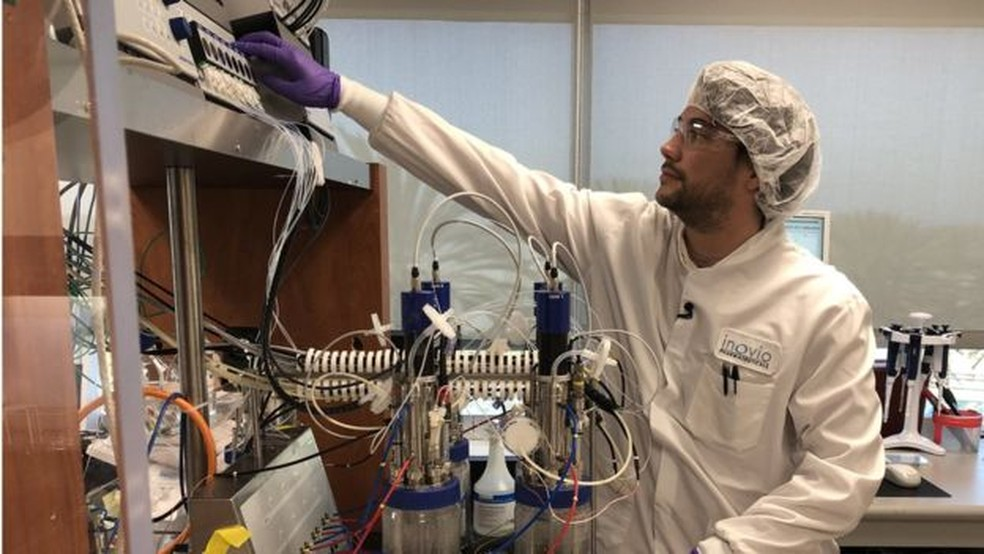 Cientistas esperam ter vacina pronta para testes em humanos já no início de junho — Foto: BBC
