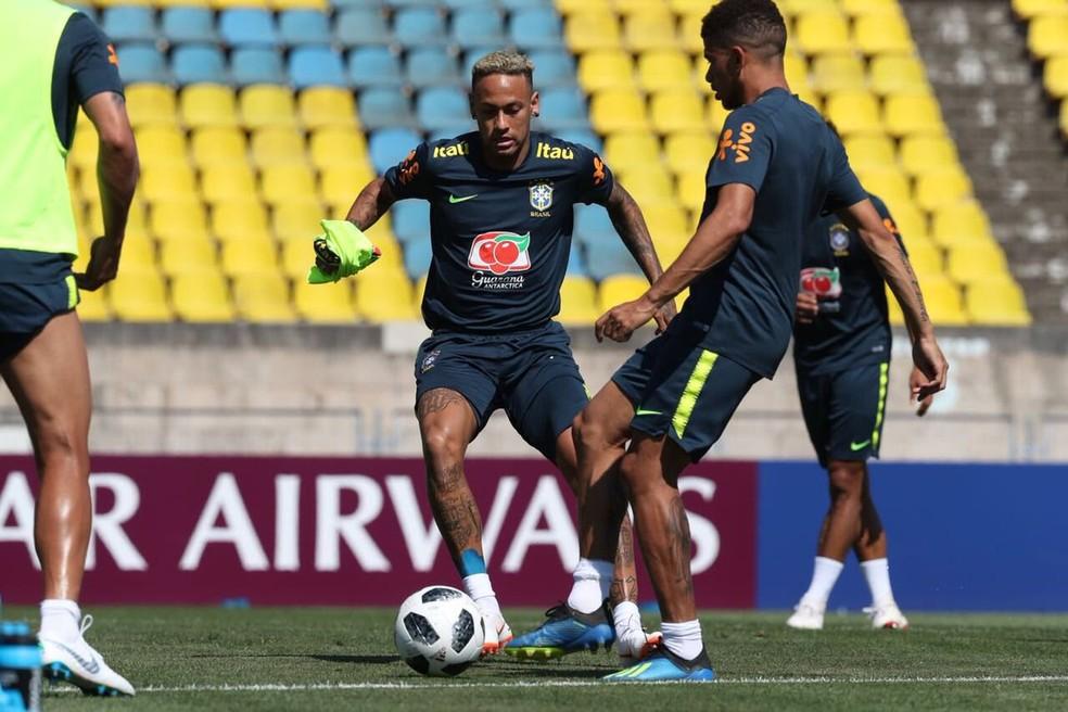 Neymar trabalhou com bola nesta quarta-feira (Foto: Lucas Figueiredo/CBF)