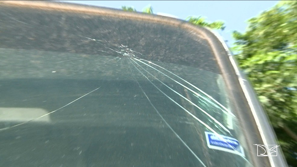 Pára-brisa de micro-ônibus que leva pacientes de Chapadinha para São Luís está quebrado (Foto: Reprodução/TV Mirante)
