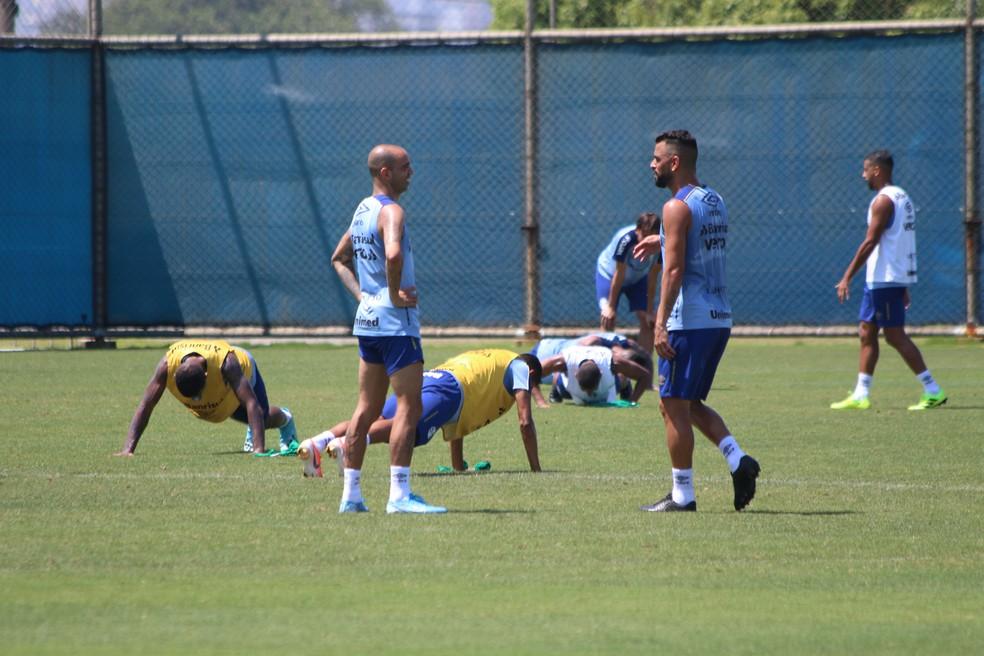 Jogadores do Grêmio pagam apoios em treino — Foto: Eduardo Moura