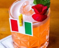 Drinque inspirado na Itália leva xarope de rosas e aperol