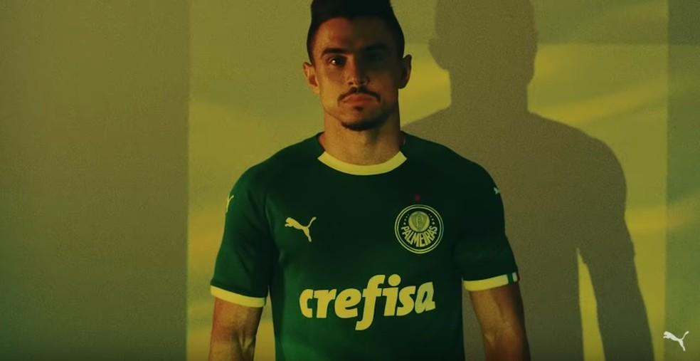 O atacante Willian com a nova camisa verde do Palmeiras — Foto: Reprodução / Youtube