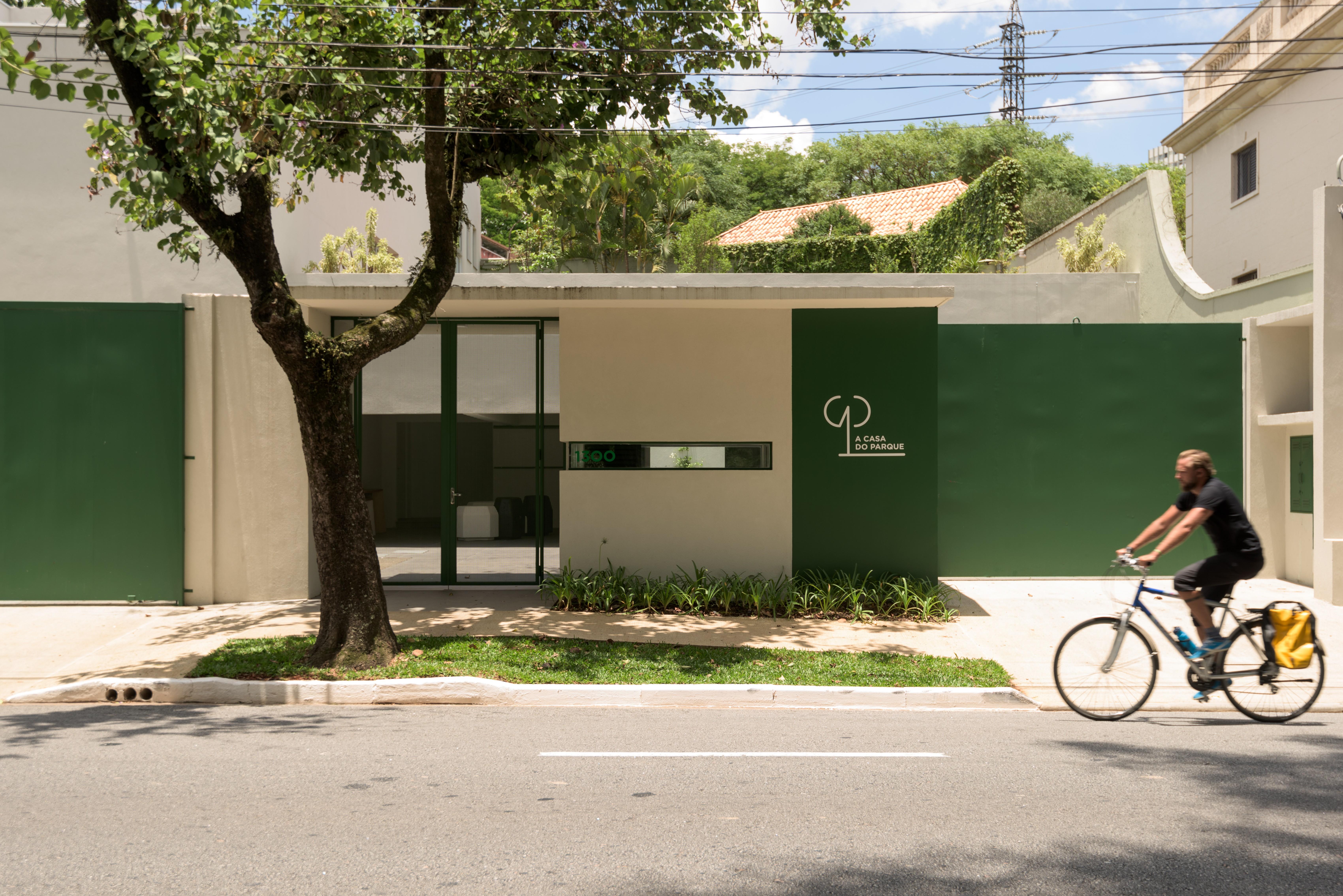 Ronaldo Fraga comanda oficina de ilustração na Casa do Parque, em SP (Foto: Marina Malheiros / Divulgação)