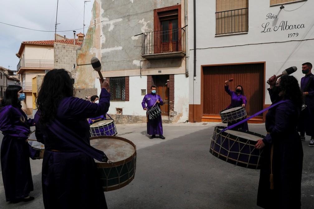 Procissão com tambores, na Sexta-feira Santa, acontece de forma restrita na Espanha em 2 de abril de 2020 — Foto: Susana Vera/Reuters