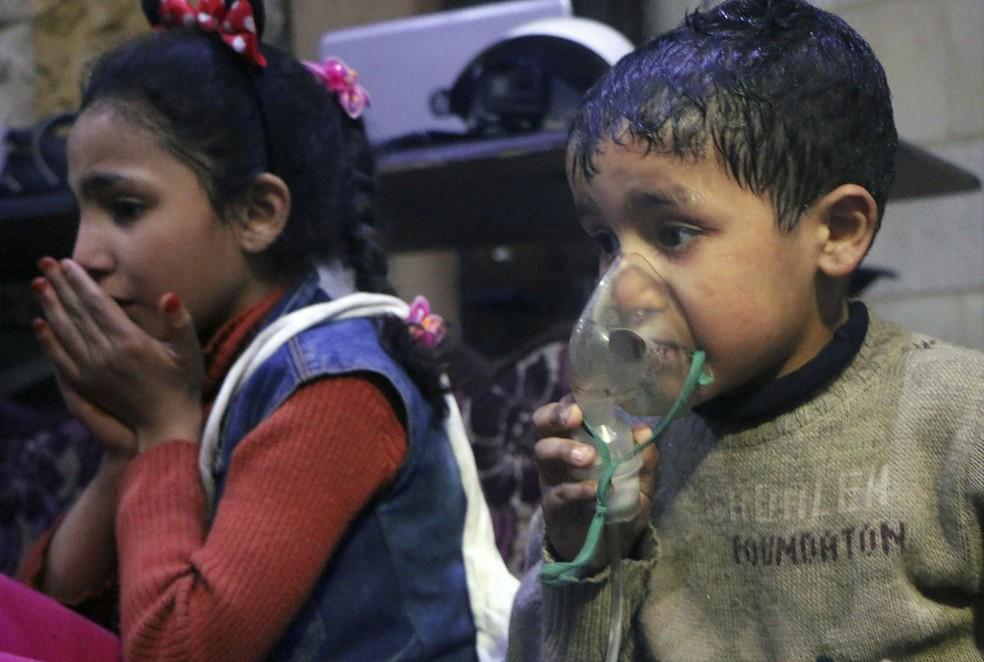 Crianças são atendidas após suposto ataque químico na Síria  (Foto: Syrian Civil Defense White Helmets/AP)