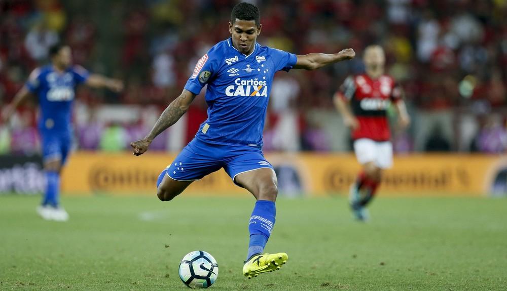 5d2421f881 Garçom e com velho faro de gol  Fred volta ao Cruzeiro para ser ...