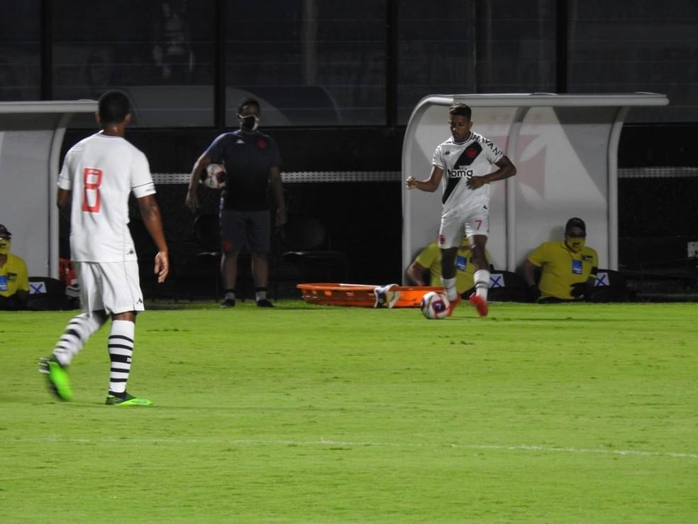Vinícius, observado por Juninho, conduz a bola em Vasco x Portuguesa-RJ — Foto: Hector Werlang
