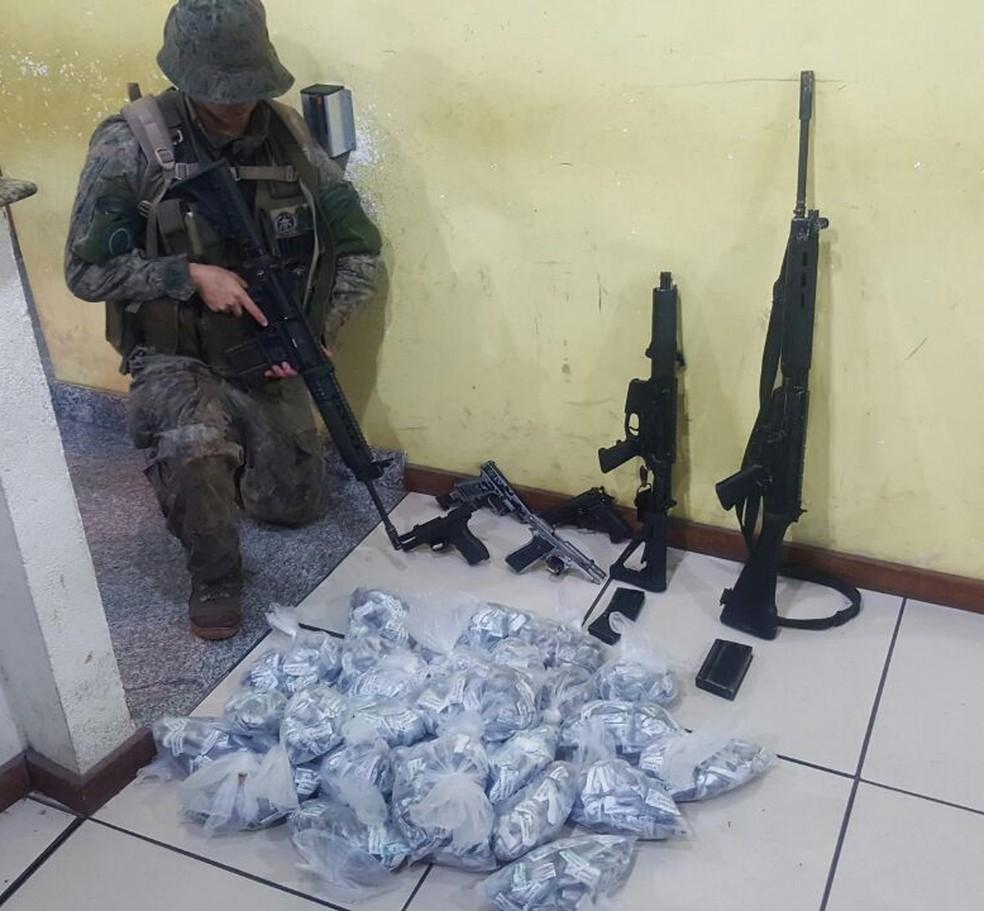 Dois fuzis, armas e drogas foram apreendidos na operação em Angra (Foto: Divulgação/Polícia Militar)