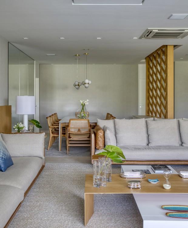A integração entre sala de estar e de jantar aconteceu naturalmente, já que a planta do imóvel já previa a ligação (Foto: MCA Estúdio/Divulgação/Produção: Núria Uliana)