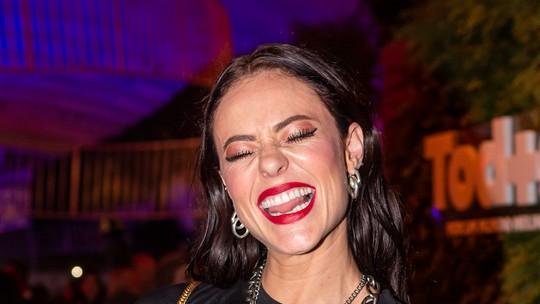 Paolla Oliveira aparece com blusa rasgada e sutiã à mostra: 'Confortável, linda e rock n' roll'