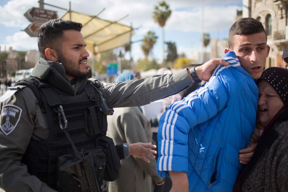 Policial israelense empurra palestino durante protesto na Porta de Damasco, na entrada da cidade Velha de Jerusalém (Foto: Ariel Schalit/ AP)