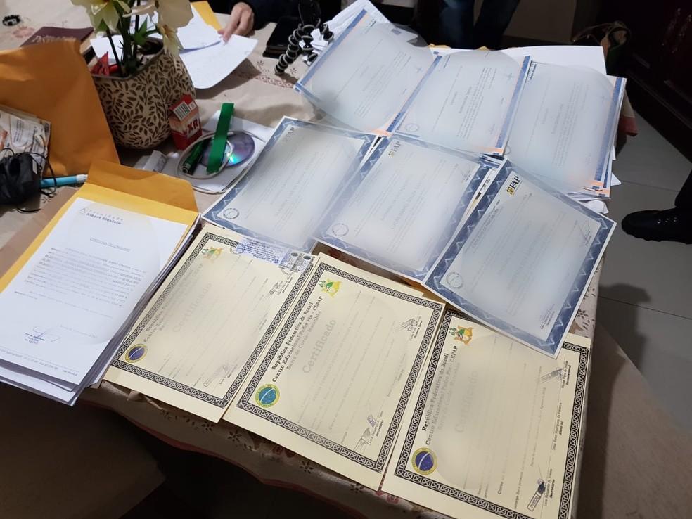 Diplomas falsos apreendidos pela polícia — Foto: Reprodução