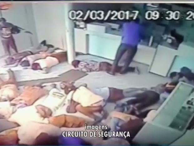 Segundo a polícia, os assaltantes agiram com muita violência. Ameaçaram clientes e funcionários da agência (Foto: Reprodução/TV Verdes Mares)