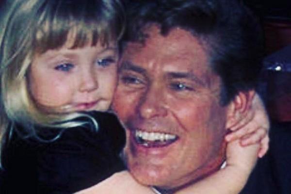A modelo Hayley Hasselhoff, filha do ator David Hasselhoff, com o pai em uma foto antiga (Foto: Instagram)