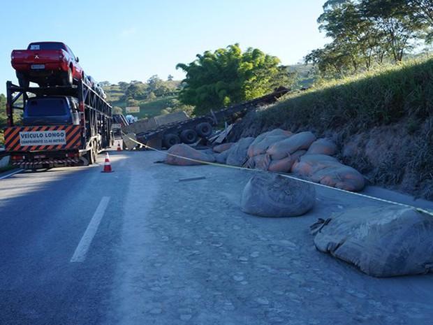 Carreta estava carregada com cimento (Foto: Marcelo Praxedes/Divulgação)