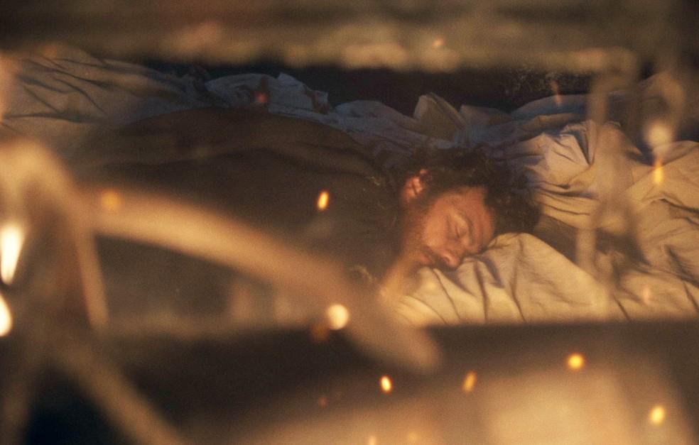 Thomas (Gabriel Braga Nunes) leva um golpe de Anna (Isabelle Drummond) e fica desacordado no fogo, em 'Novo Mundo' — Foto: TV Globo