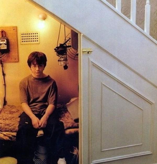 O personagem Harry Potter no quarto dele em cena do primeiro filme do bruxinho no cinema (Foto: Reprodução)